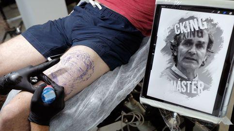 Un joven se tatúa la cara de Fernando Simón: Es el símbolo de esta pandemia