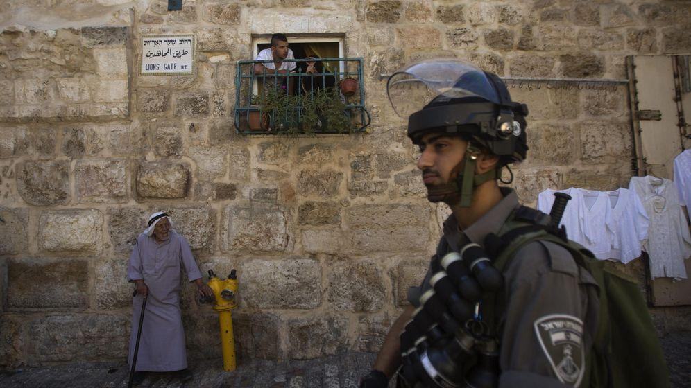 Foto: Agentes israelíes de la Policía Fronteriza prohíben el paso a palestinos a la Explanada de las Mezquitas (EFE)