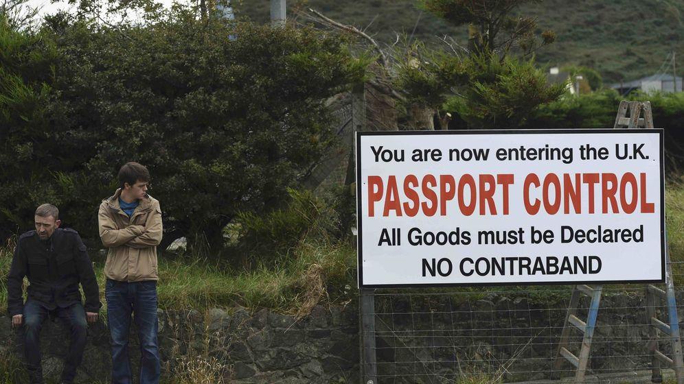 Foto: Manifestantes anti-brexit en la frontera con Carrickcarnon, Irlanda. (Reuters)