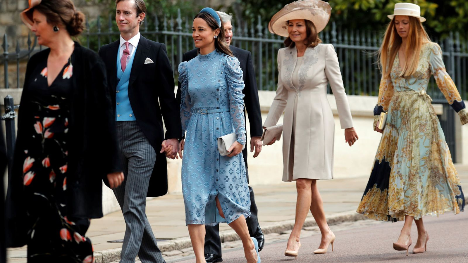 Foto: Alizee Thevenet junto a la familia Middleton, en la boda de Lady Gabriella. (Reuters)