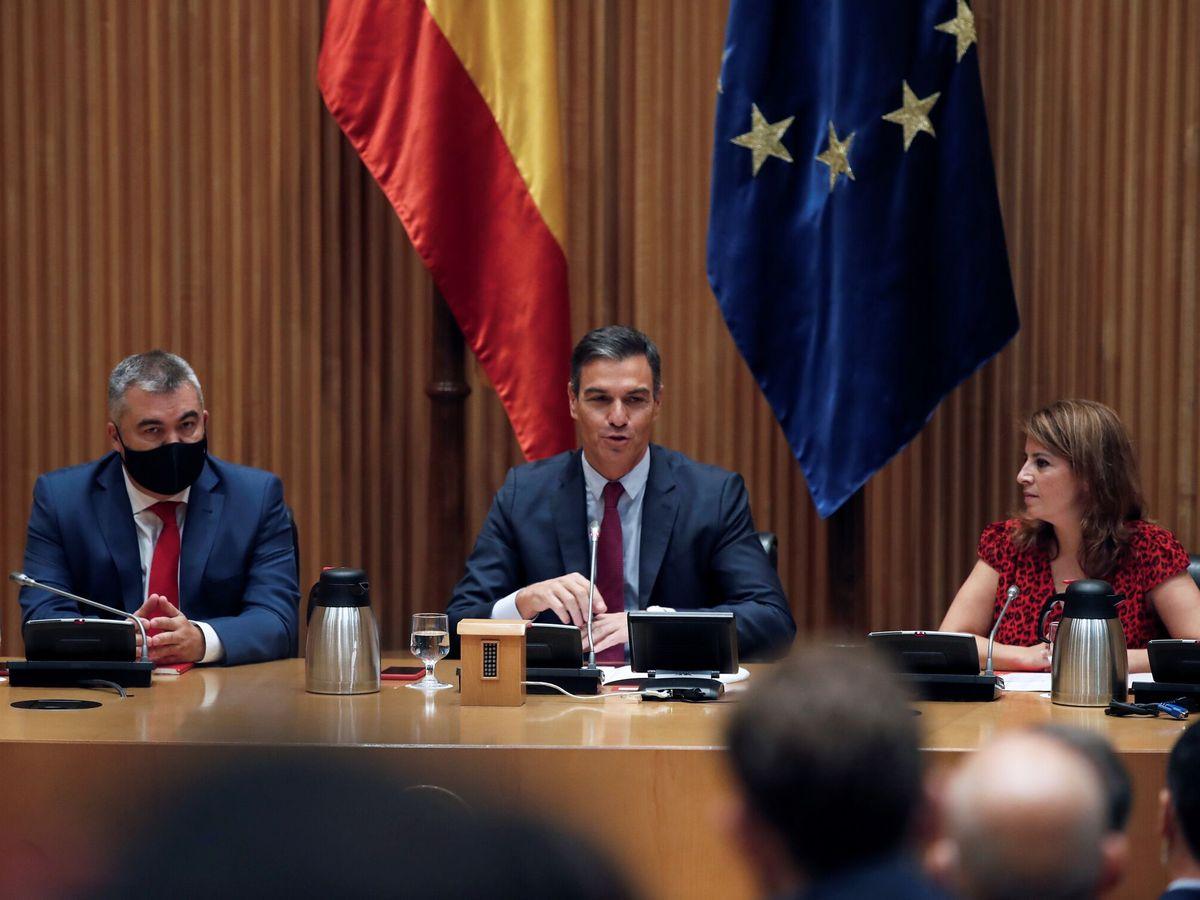 Foto: El presidente del Gobierno, Pedro Sánchez, junto a Lastra y Cerdán. (EFE)