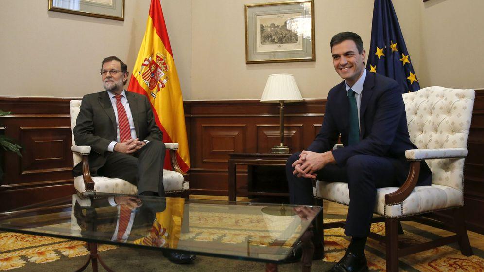 Foto: Mariano Rajoy y Pedro Sánchez durante su reunión del 12 de febrero. (EFE)