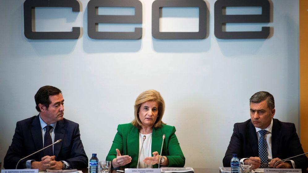 Foto: La ministra de Empleo, Fátima Báñez (c), junto al presidente de Cepyme, Antonio Garamendi (i), y el presidente de Randstad España, Rodrigo Martín. (EFE)