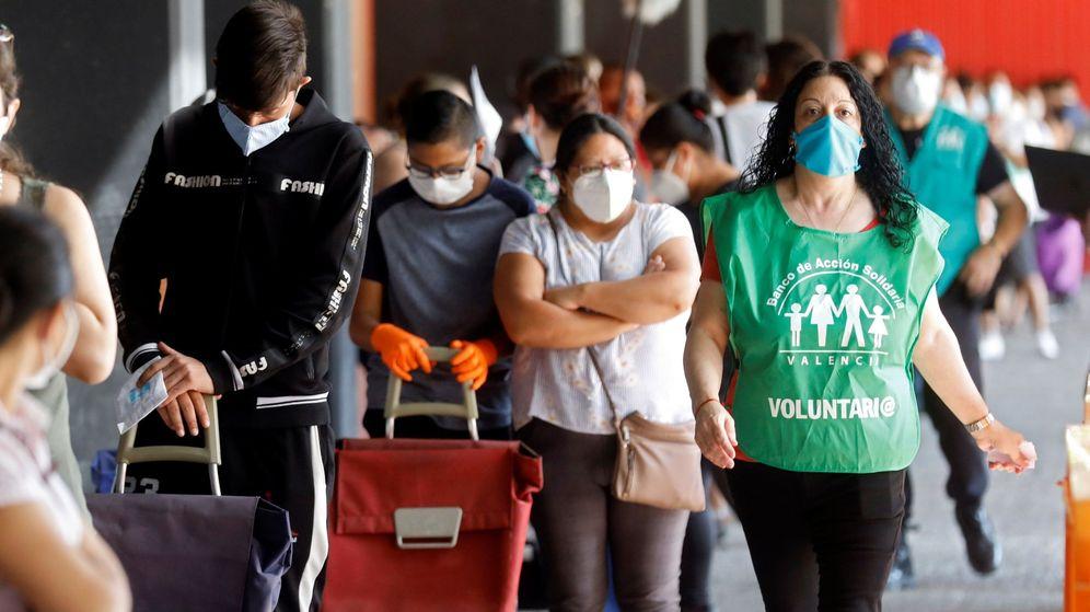 Foto: Reparto de comida a personas necesitadas en Valencia (EFE)