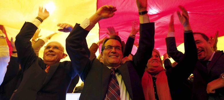 Foto: El presidente de la Generalitat, Artur Mas, junto a Juan Antoni Duran i Lleida y Nuria de Gispert. (EFE)