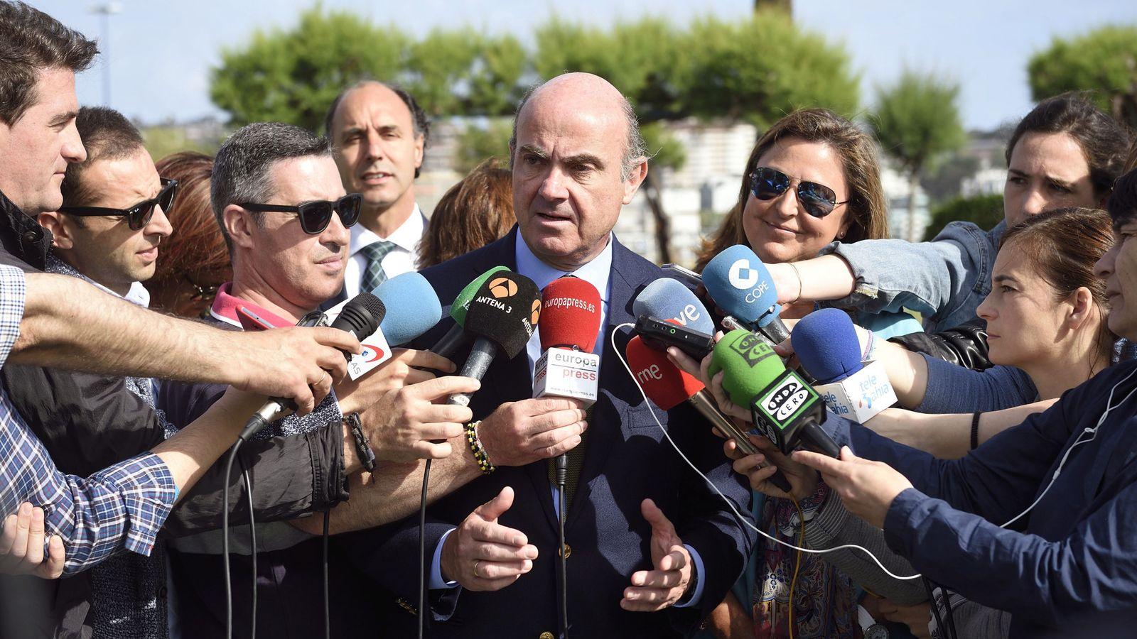 Foto: El ministro de Economía en funciones, Luis de Guindos (c). (EFE)