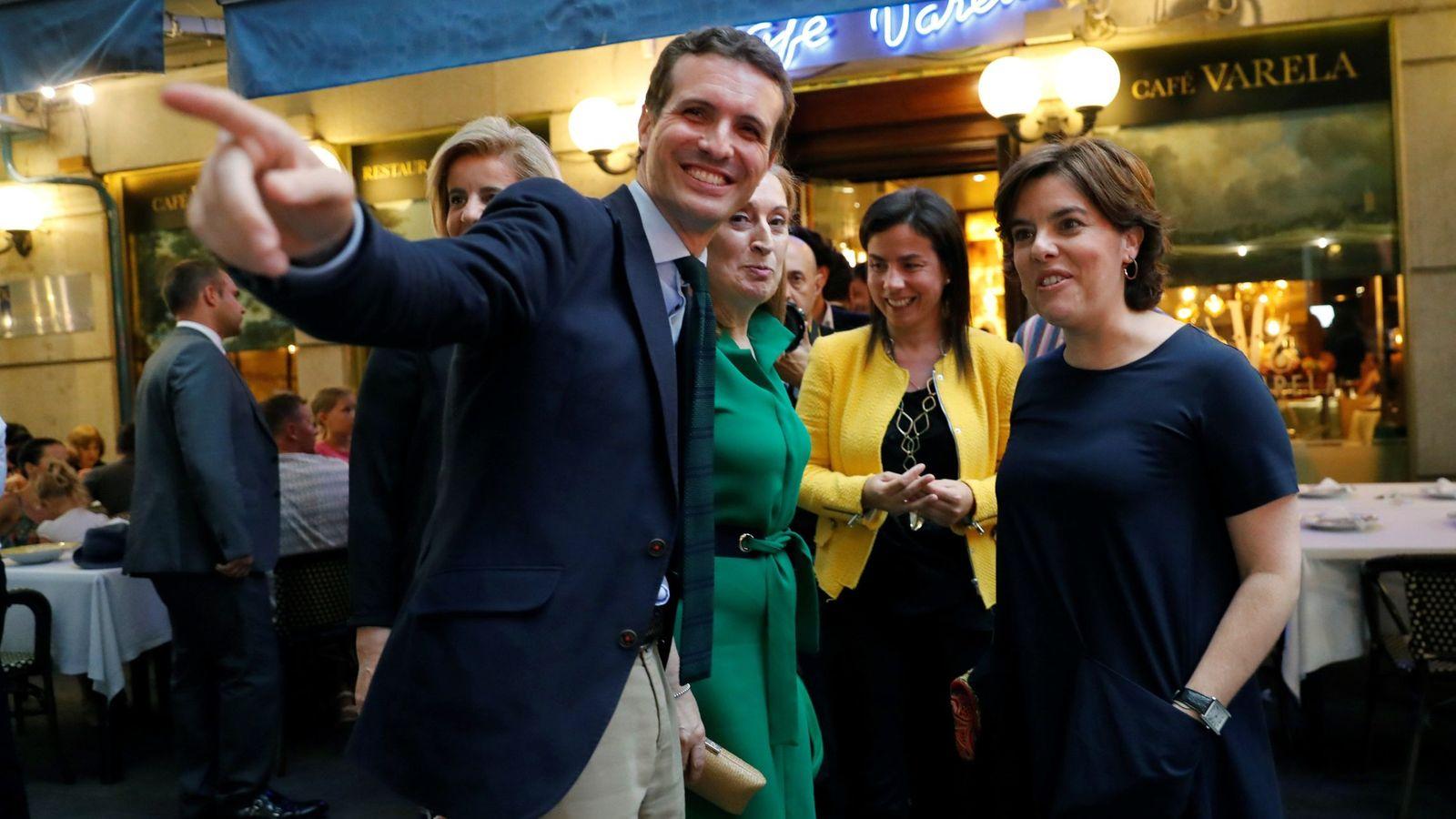 Foto: Los candidatos a la presidencia del PP, Pablo Casado y Soraya Sáenz de Santamaría (d), a su llegada a la cena que celebró el Grupo Popular el 10 de julio. (EFE)