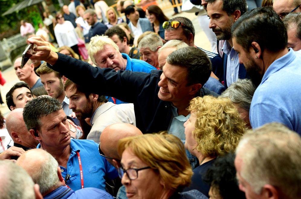 Foto: Pedro Sánchez, rodeado de militantes y simpatizantes en la Fiesta de la Rosa de Oviedo, este 9 de septiembre. (Reuters)