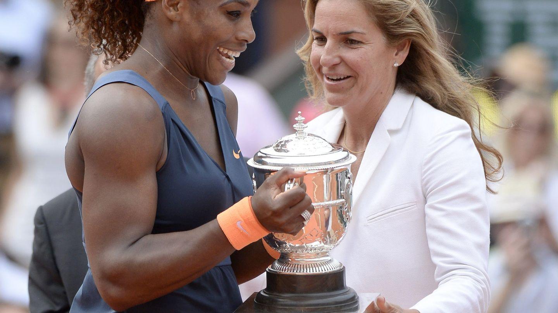 Serena Williams recoge el trofeo de Roland Garros de la mano de la excampeona Arantxa Sánchez Vicario, en 2013. (EFE)