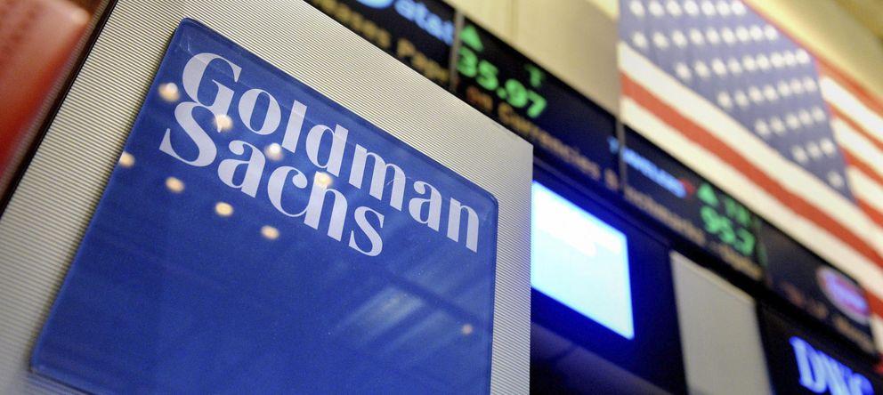 Foto: Vista de un logotipo de Goldman Sachs en el parqué de la Bolsa de Nueva York. (EFE)