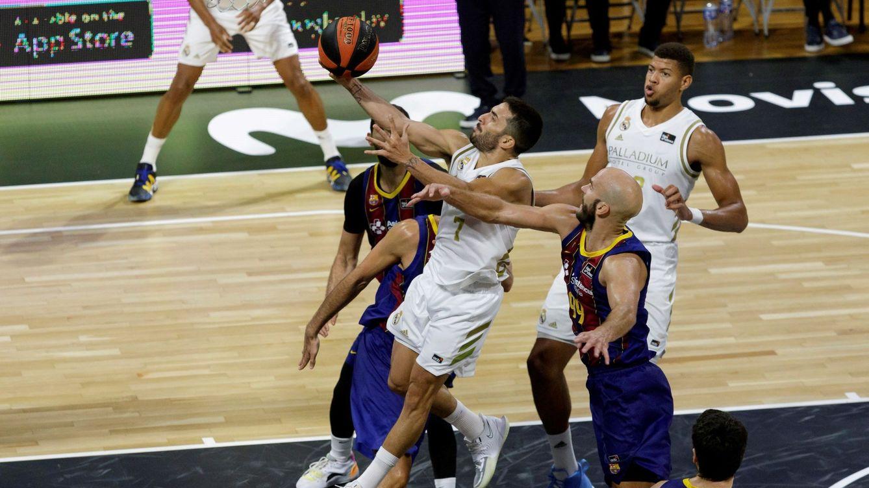El Real Madrid golpea primero y se lleva la Supercopa ante el Barcelona (72-67)