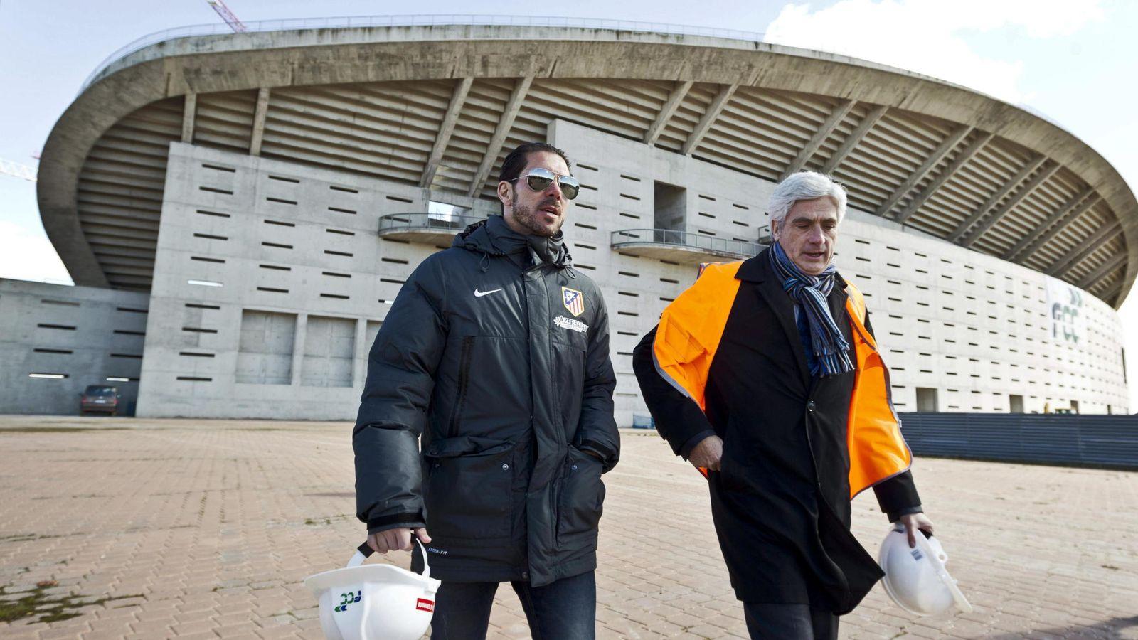Foto: El entrenador del Atlético de Madrid, el argentino Diego Simeone (i), durante la visita efectuada por la plantilla del equipo a las obras de 'La Peineta'. (EFE)