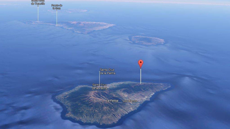 Señalado con la banderita, el volcán Cumbre Vieja en La Palma y al fondo, la isla de Tenerife (Google Maps)