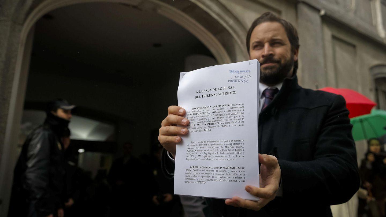Abascal presenta en 2014 su querella, luego archivada, contra Mariano Rajoy. (EFE)