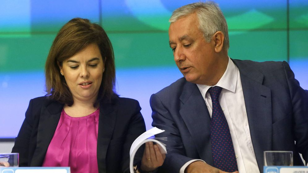 Foto: La vicepresidenta del Gobierno, Soraya Sáenz de Santamaría (i), junto al vicesecretario general del PP, Javier Arenas. (EFE)