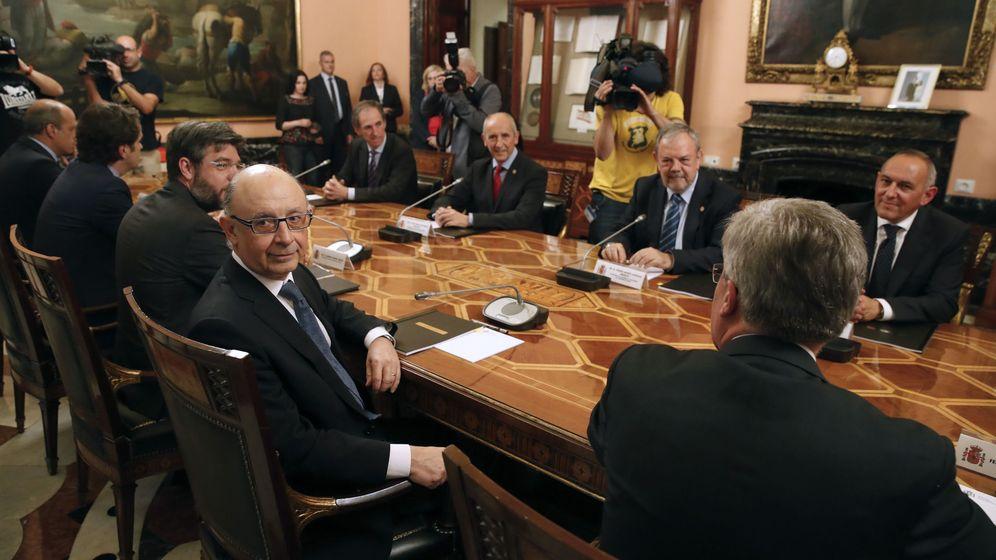 Foto: Reunión de la comisión mixta del Concierto Económico presidida por Montoro y Azpiazu. (EFE)