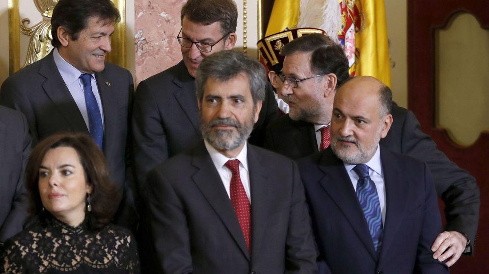 Foto: El presidente del Tribunal Supremo, Carlos Lesmes (abajo, centro), rodeado de varios políticos. (EFE)