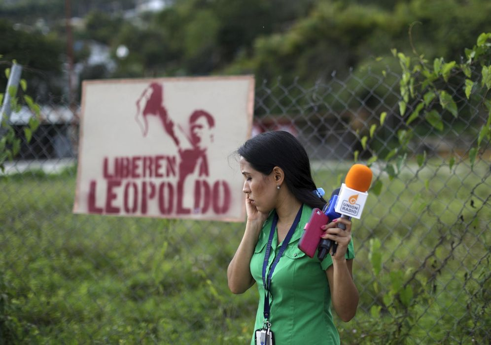 Foto: Una periodista frente a la prisión de Ramo Verde, donde está encarcelado el líder opositor Leopoldo López, en junio de 2015 (Reuters)