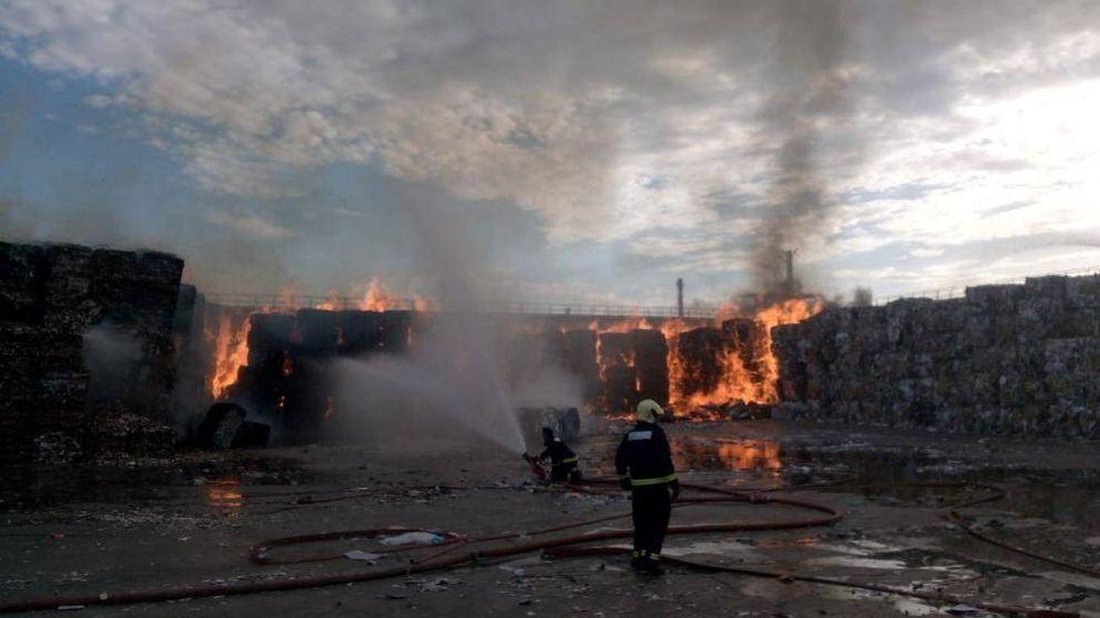 Foto: El incendio en la planta de Saica. (Foto: Ayuntamiento de Zaragoza)