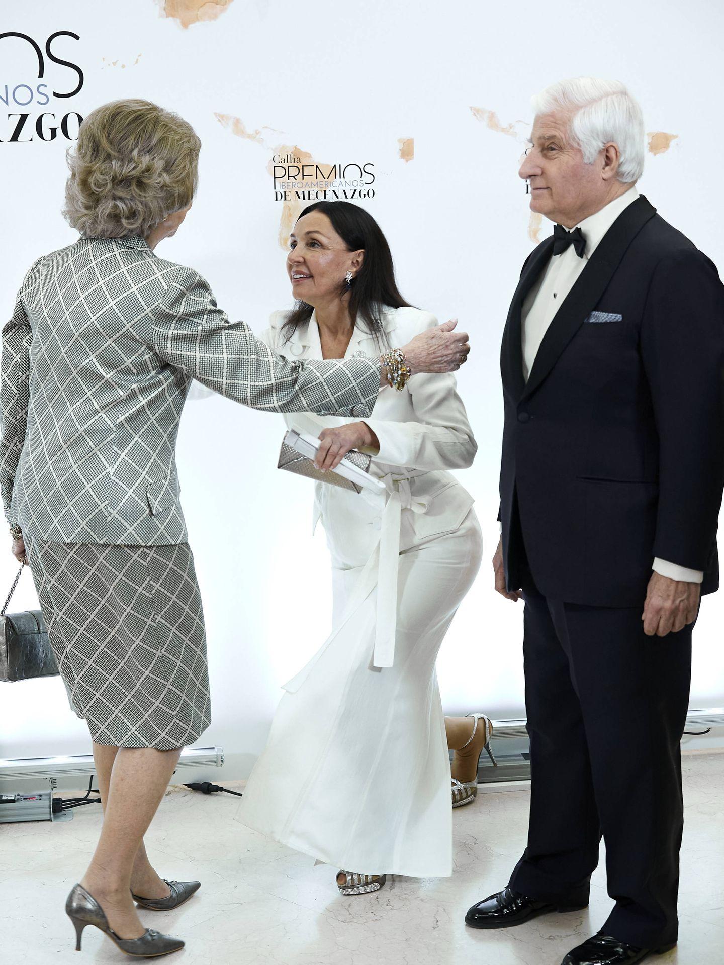 La reina Sofía, junto a Esther Koplowitz y el duque de Alba. (Getty)