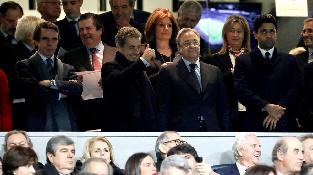 Foto: Aznar, Sarkozy y Florentino Pérez, en el palco del Santiago Bernabéu en febrero de 2018. (EFE)