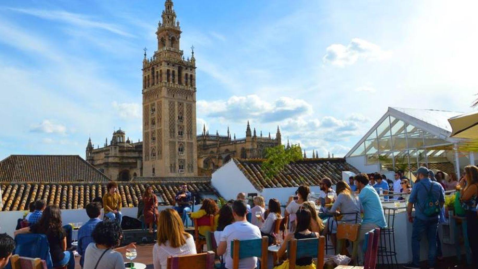 Foto: Un concierto en una terraza y con vistas a la Giralda, no se puede pedir más. (Foto: Pura Vida)