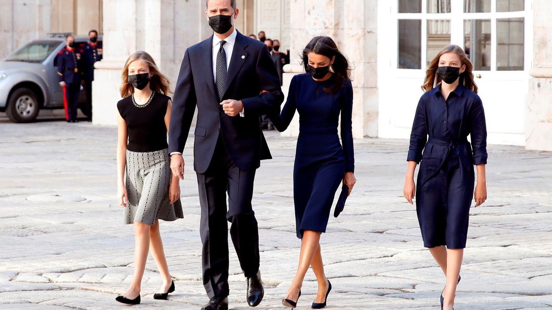 Los Reyes y sus hijas, en el momento de acceder al Palacio Real. (Reuters)