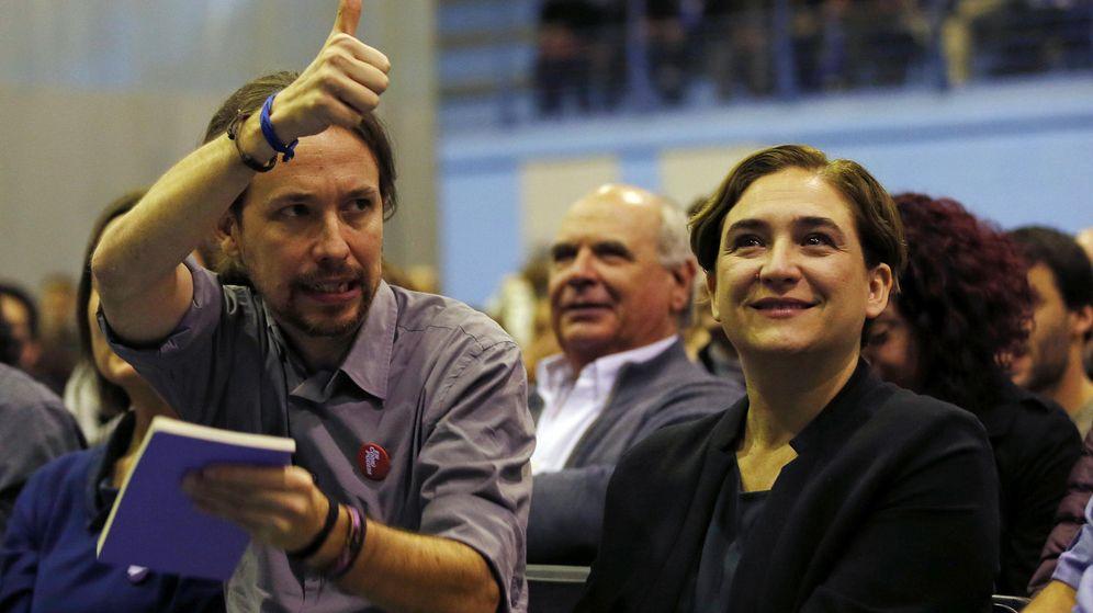 Foto: El líder de Podemos, Pablo Iglesias, junto a la alcaldesa de Barcelona, Ada Colau, durante un acto de campaña. (EFE)