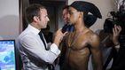 La polémica foto de Macron con dos jóvenes haciendo una 'peineta'