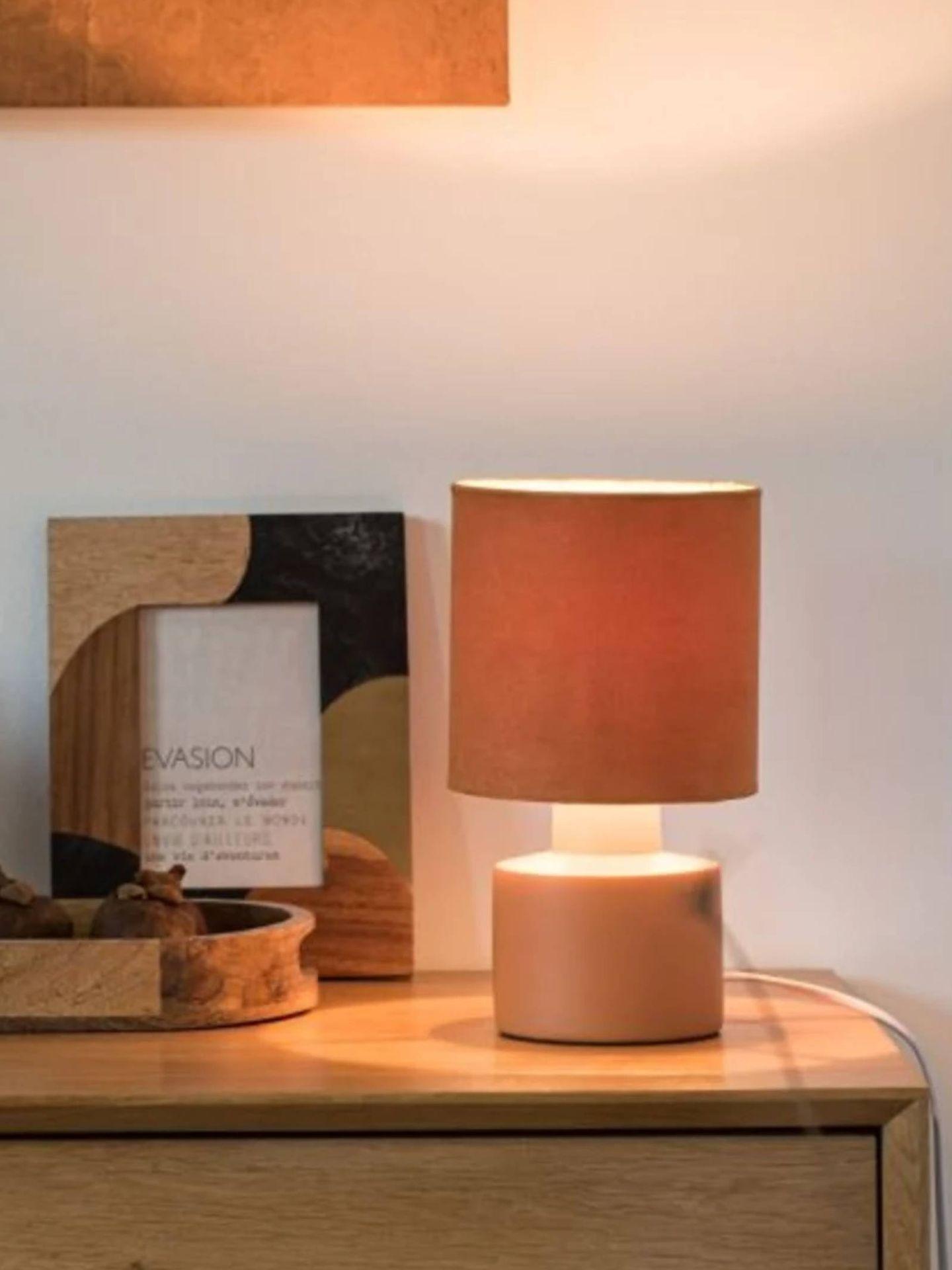 Lámparas estilosas y por menos de 20 euros como esta de Maisons du Monde. (Cortesía)