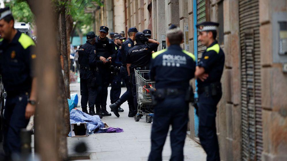 Foto: Efectivos de mossos, junto a guardia urbanos y policías nacionales. (EFE)