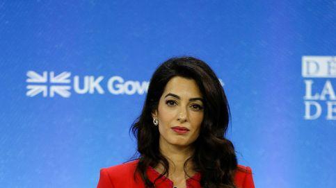 Amal Clooney, sabemos que te encantaría pasear por Nueva York con esta gabardina de Zara