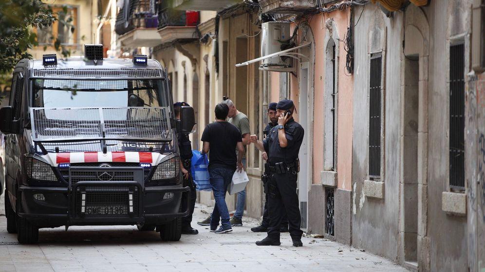 Foto: Mossos d'Esquadra en una operación policial en Barcelona. (EFE)