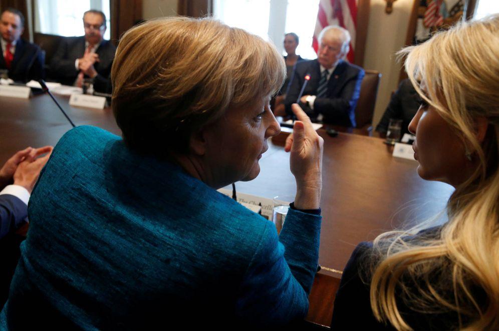 Foto: Merkel charla con Ivanka Trump durante una reunión con el presidente Trump en la Casa Blanca. (Reuters)
