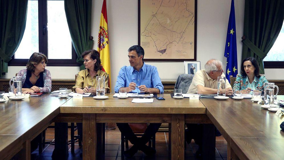 Foto: Dolores Delgado, Carmen Calvo y Pedro Sánchez, el sábado en Quintos de Mora. (EFE)