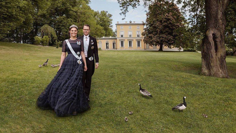 Victoria y Daniel, posando con el castillo de Haga al fondo. (Casa Real de Suecia)