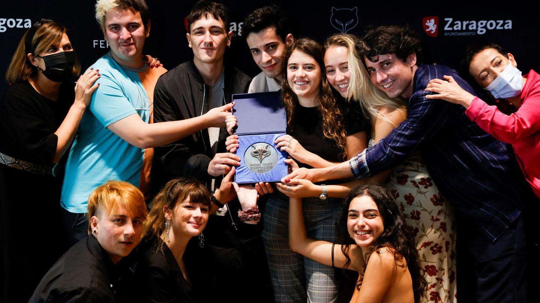 Jonás Trueba (2d) posa junto a los actores de 'Quién lo impide' tras recibir este sábado el Premio Feroz Zinemaldia. (Efe)