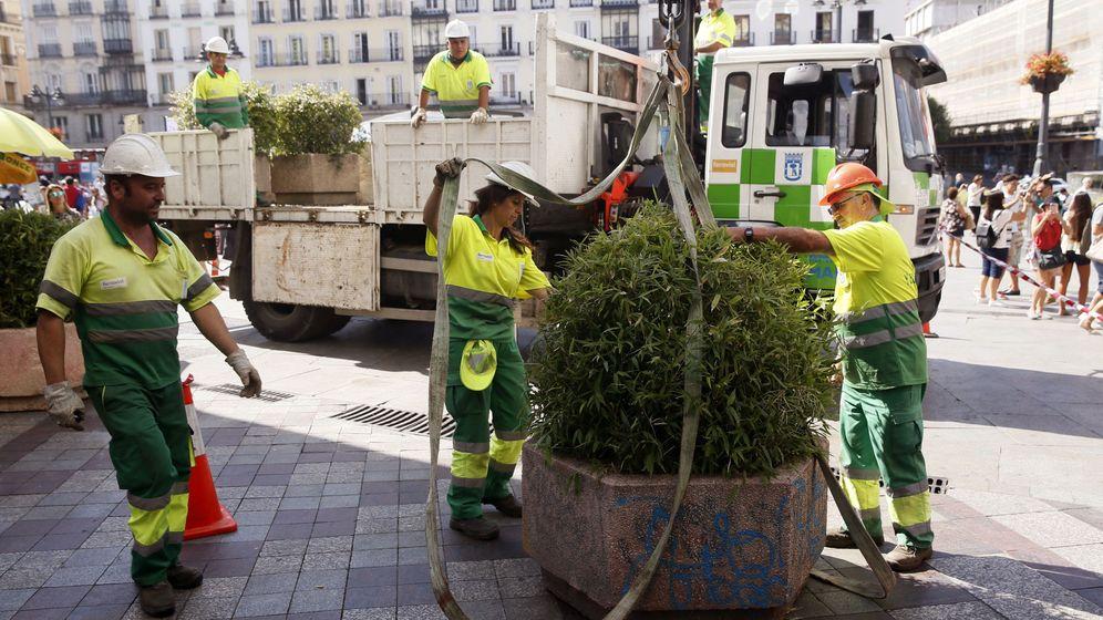 Foto: Operarios instalan maceteros y bolardos en Madrid. (EFE)