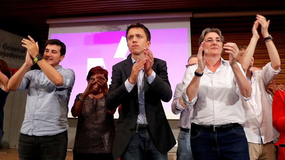 Foto: Íñigo Errejón (c) aplaude junto a otros miembros de su partido, al finalizar la asamblea convocada por la agrupación madrileña, en la que ha ratificado su candidatura. (EFE)