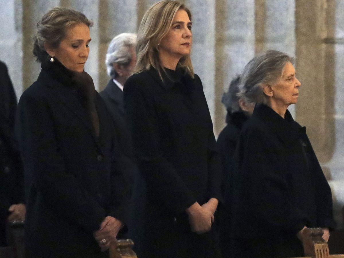 Foto: Las infantas Elena y Cristina, en el funeral por Juan de Borbón. (EFE)