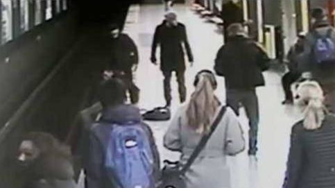 Salvan a un niño que había caído a las vías del metro de Milán