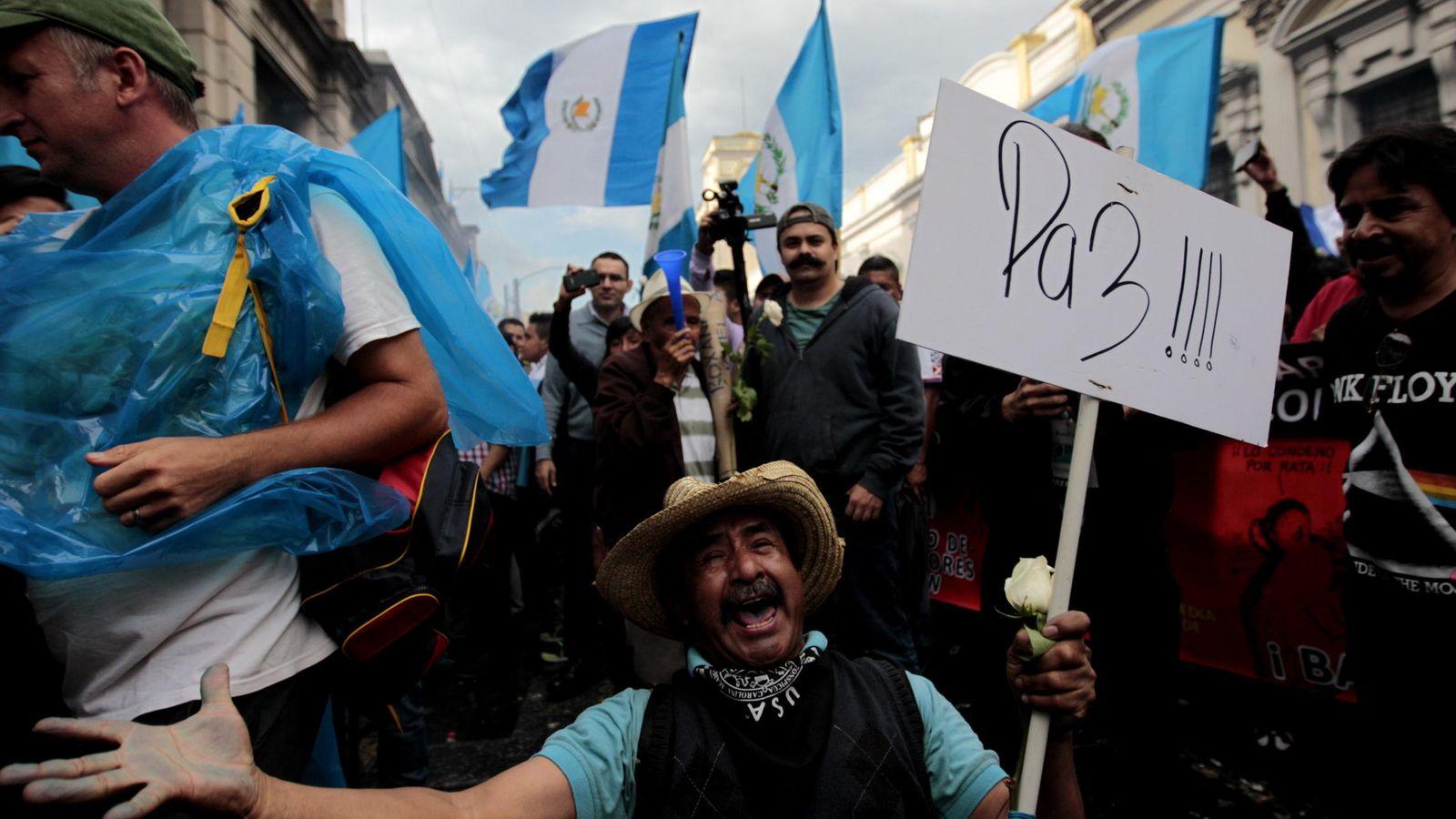 Foto: Ciudadanos celebran que el Congreso retirara la inmunidad al presidente Otto Pérez Molina (Foto: Esteban Biba/EFE)
