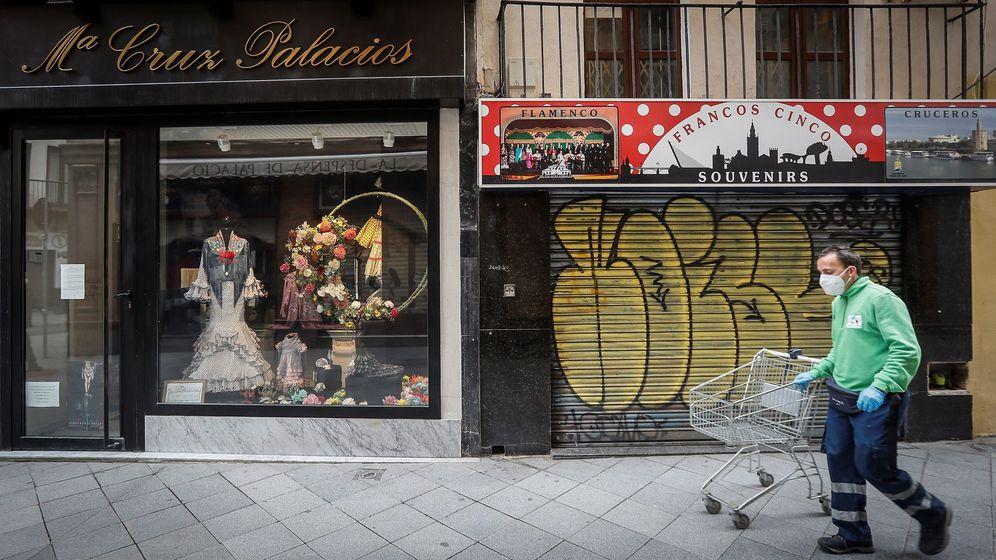 Foto: Tiendas cerradas en una calle de Sevilla. (EFE)