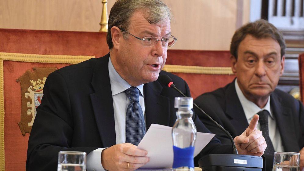 Foto: El alcalde de León, Antonio Silván, durante su intervención en el pleno extraordinario. (EFE)