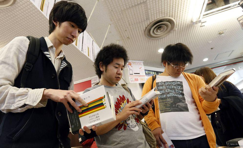 Foto: 'Groupies' de Murakami a la caza de su último libro (Efe)