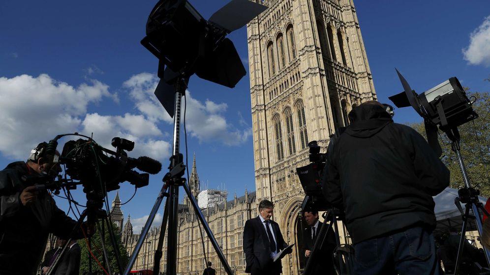 Foto: Equipos de televisión desplegados frente al Parlamento Británico, el 18 de abril de 2017. (Reuters)