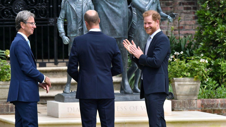 Harry y Guillermo, junto al escultor, Ian Rank-Broadley. (Reuters)