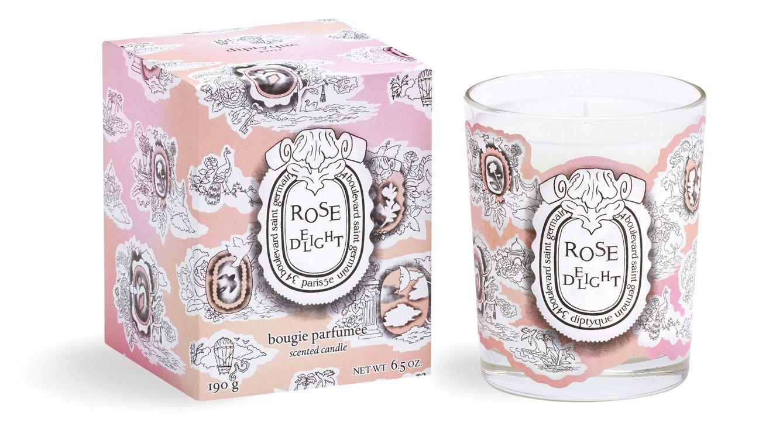 Foto: La nueva vela perfumada con aroma de rosas se presenta en una caja con estampado toile de Jouy, reinterpretado en clave contemporánea.
