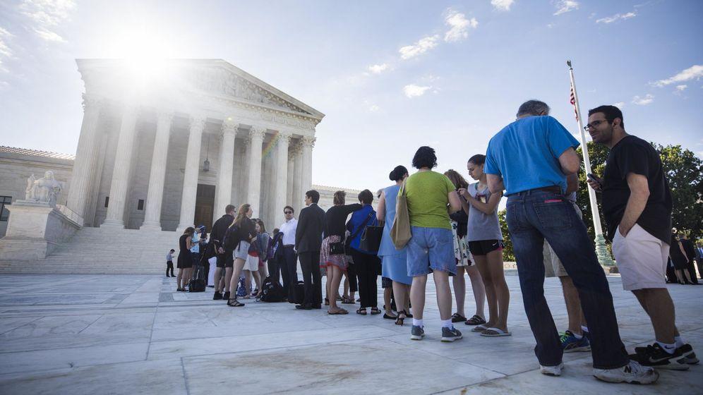 Foto: Decenas de personas hacen cola ante el Tribunal Supremo de EEUU en Washington, el 26 de junio de 2017. (EFE)