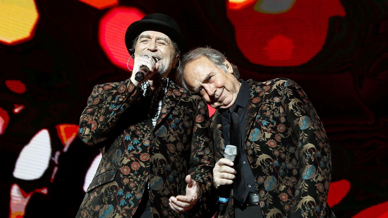 Joaquín Sabina y Joan Manuel Serrat, durante un concierto en Madrid. (EFE)